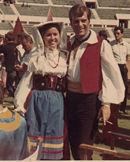 Nino Manfredi con una ragazza del gruppo